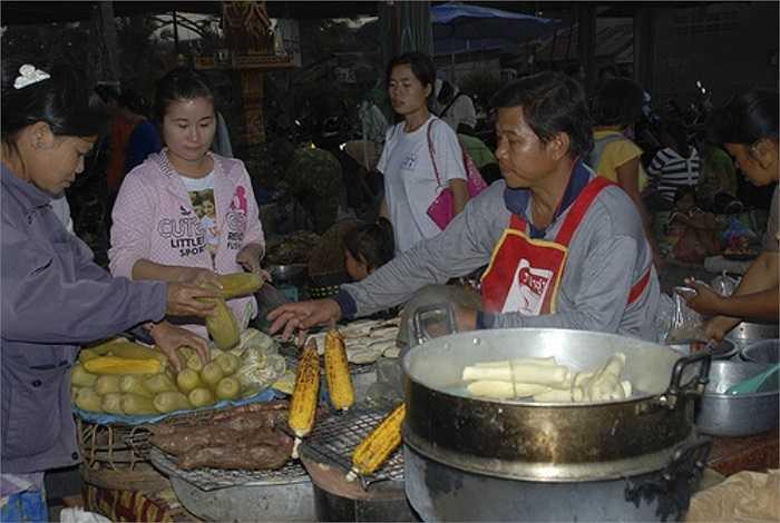 Ngô sống mua vào giá bán buôn 3.000 đồng/bắp, sau khi nướng chín bán cho khách hàng giá 9.000 -10.000 đồng giúp người bán lãi đến... 500.000 đồng/đêm.