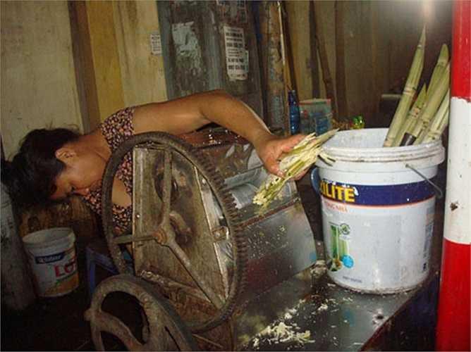 Anh Lê Tuấn Anh, chủ quán mía đá vỉa hè ở làng Nha (Long Biên, Hà Nội) cho hay,mỗi cốc bán với giá 12.000 đồng. Sau khi trừ tất cả các chi phí, ngày đông khách, có thể kiếm được khoảng 4 - 5 triệu đồng.