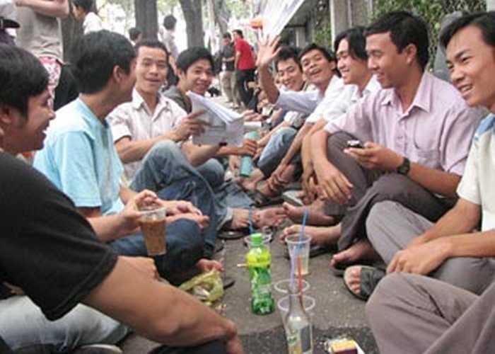 Cà phê bệt xuất hiện chủ yếu ở Sài Gòn. Với 1 quán như nay, người bán có thể kiếm 7 triệu đồng/tuần. Thu nhập cao nên việc dẹp bỏ hàng rong vì vệ sinh và trật tự đô thị trở nên rất nan giải.