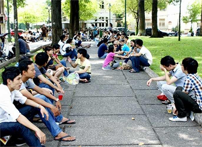 Những tán cây cao rợp bóng, những gờ đường đi đắp cao, những chiếc ghế đá... biến khu công viên thành quán cà phê thiên nhiên lý tưởng nhất Sài Gòn, nơi giới trẻ có thể ngồi tán chuyện cả ngày mà không bị ai làm phiền.