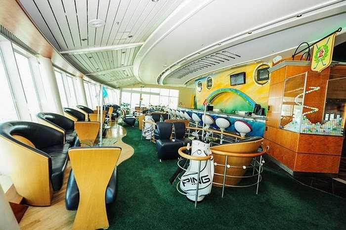 Royal Caribbean International là công ty điều hành Voyagers of the Seas. Trong ảnh là một quầy bar trên du thuyền được thiết kế theo phong cách sân golf.