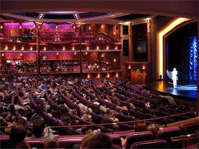 Nhà hát với sức chứa 1.350 khán giả là nơi trình diễn những vở kịch cổ điển