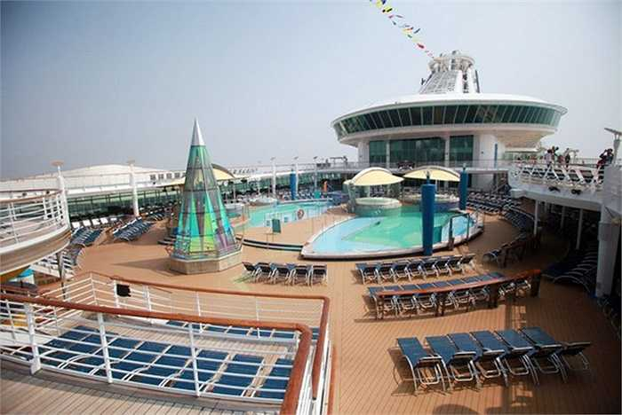 Phong cảnh tuyệt vời ở một bể bơi ngoài trời của du thuyền. Voyager of the Seas còn có 2 bể bơi khác.