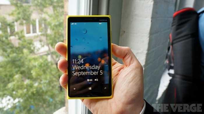 Đúng như dự đoán, chiếc 808PureView là sản phẩm bước đệm để Nokia trang bị công nghệ chụp ảnh PureView lên những chiếc điện thoại cao cấp của mình.    Lumia 920 chính là Windows Phone 8 đầu tiên tích hợp công nghệ này.
