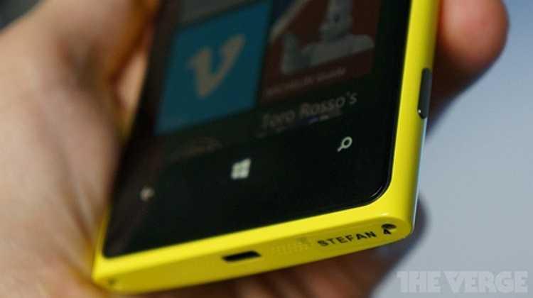 Nokia Lumia 920 cũng được cài đặt sẵn ứng dụng Nokia City Lens, chương trình mới nhất cho tập hợp ứng dụng địa điểm của Nokia.