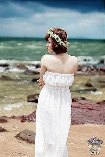 Thí sinh Thái Quỳnh Hoa chọn một bộ váy nhẹ nhàng trắng tinh