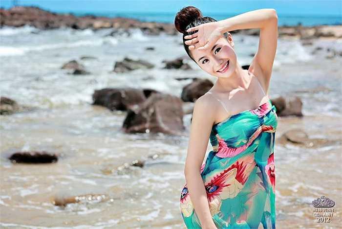 Nữ sinh Phan Hoa Thơm rạng rỡ với váy sặc rỡ