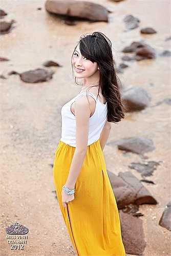 Nữ sinh Phan Thị Hương Giang nhẹ nhàng với váy vàng rực rỡ