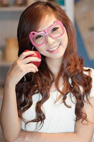 Vân Anh sở hữu một khuôn mặt tròn xinh và nụ cười rạng rỡ