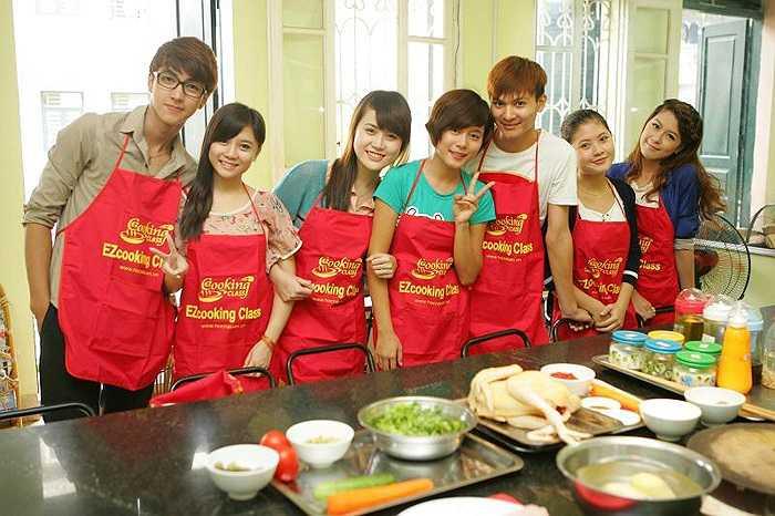 Các thí sinh hào hứng chuẩn bị bước vào phần trải nghiệm nấu ăn