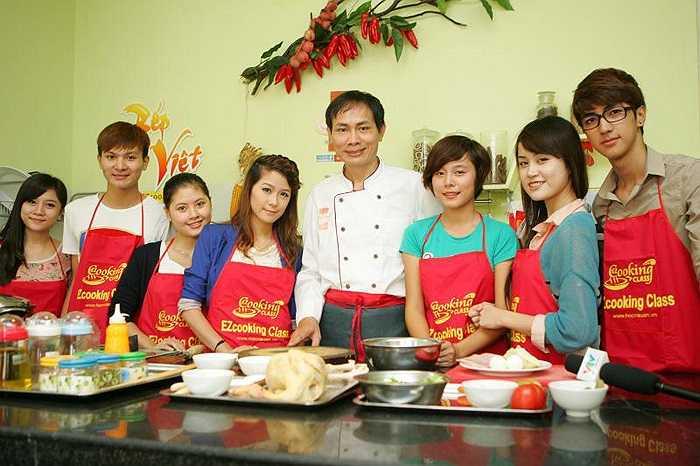 Tạo dáng cùng người thầy dạy nấu ăn vui tính