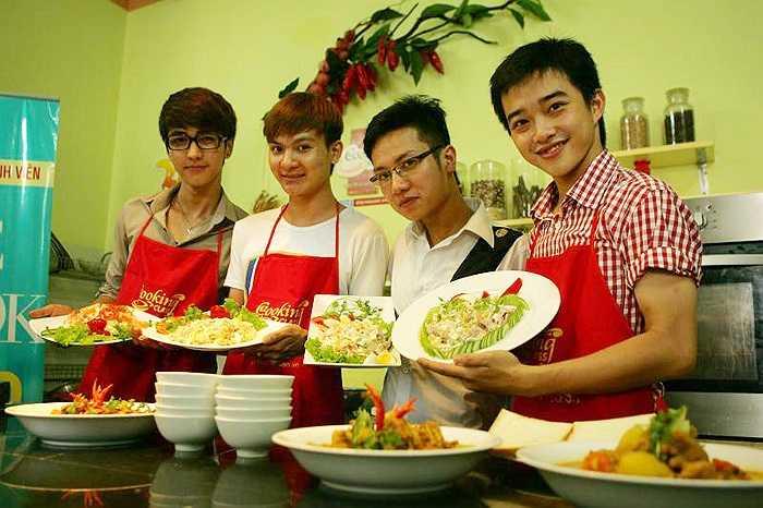 Các nam sinh cũng tự hào về thành quả của buổi vào bếp của mình