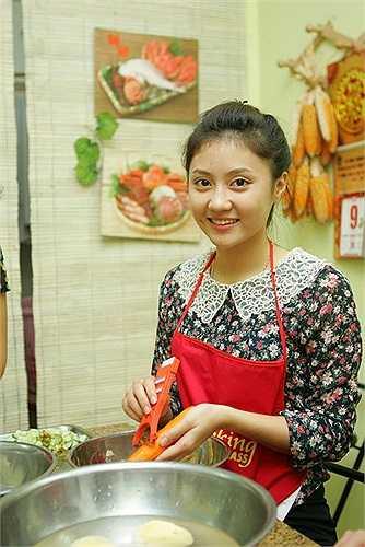 Nhiều nữ sinh lần đầu tiên được hướng dẫn những kỹ năng cơ bản của công việc làm bếp