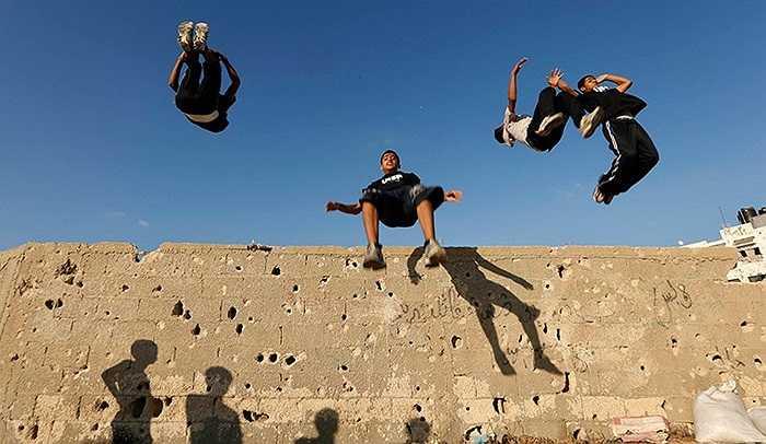 Những đứa trẻ luyện tập môn thể thao mạo hiểm Parkour tại Khan Younis, Gaza