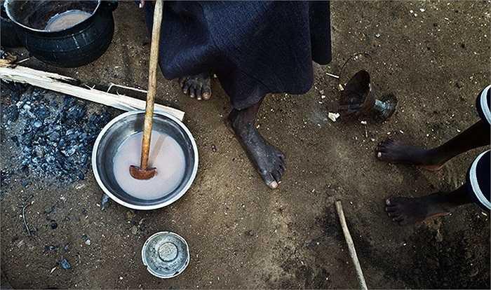 Cô gái chuẩn bị sữa trong bữa sáng cho cả gia đình tại Juba, Nam Sudan