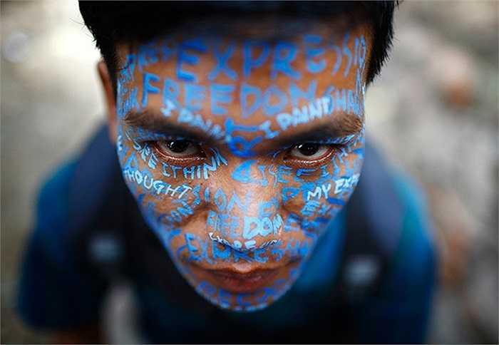 Nghệ sĩ tự vẽ lên mặt mình để biểu tình phản đối quyết định của tòa án tại Kathmandu, Nepal