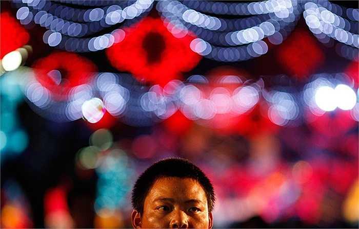 Người dân Thượng Hải, Trung Quốc trong lễ hội đèn lồng đang tổ chức tại đây