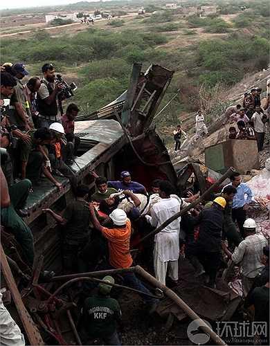 Các nhân viên cứu hộ đang tìm cách cứu nạn nhân bị kẹt trong tàu