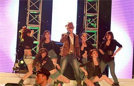 Việt Micheal biểu diễn cùng vũ đoàn.
