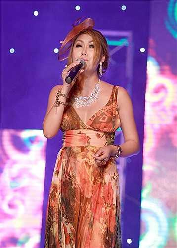 Trong Vũ điệu đường cong, người đẹp này đã thể hiện 3 ca khúc bằng chất giọng thật với sự cố gắng của mình.