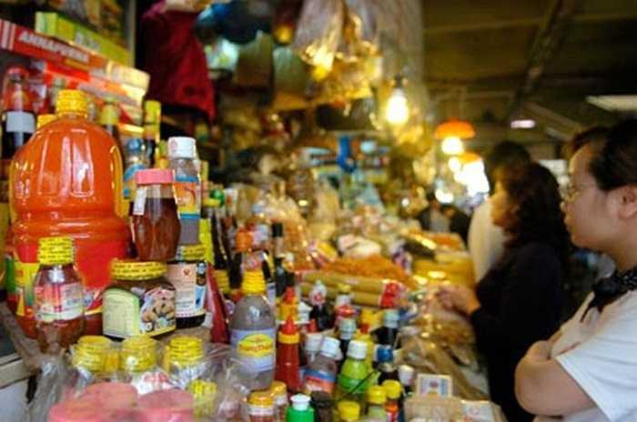 Trên thị trường, tương ớt 3 không vẫn được bày bán công khai tại các chợ, cửa hàng.