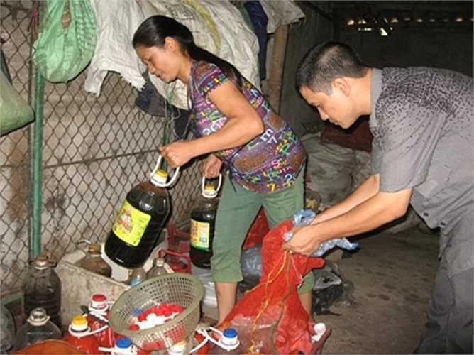Hậu trường sản xuất tương ớt giá rẻ ở Phú Xuyên.