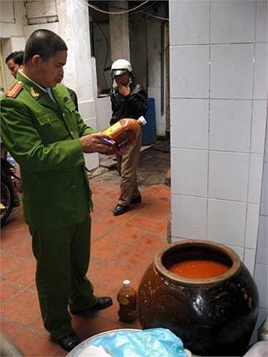 Tháng 10/2010, lực lượng lực lượng chức năng kiểm tra cơ sở Tuấn Thành. Tại khu vực xưởng sản xuất và kho chứa tương ớt, cơ quan chức năng phát hiện 2 chum sành chứa tương ớt, dung tích 150 lít. Cơ quan chức năng phát hiện trong tương ớt do cơ sở này