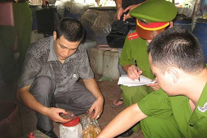 Lực lượng chức năng kiểm tra cơ sở sản xuất tương ớt  ở Tiểu khu Phú Mỹ, thị trấn Phú Xuyên, Hà Nội. Phát hiện hàng trăm lít tương ớt thành phẩm, được đóng can chờ tiêu thụ.