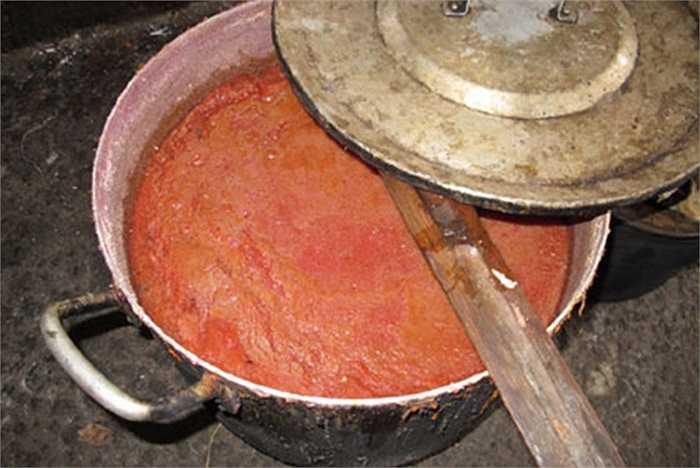 Nấu thủ công, tương ớt chế biến xong để phơi mất vệ sinh chờ nguội đóng chai chuyển đi tiêu thụ.
