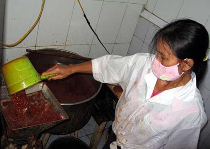 Nhà bếp chế biến tương ớt giá rẻ, không đảm bảo chất lượng.