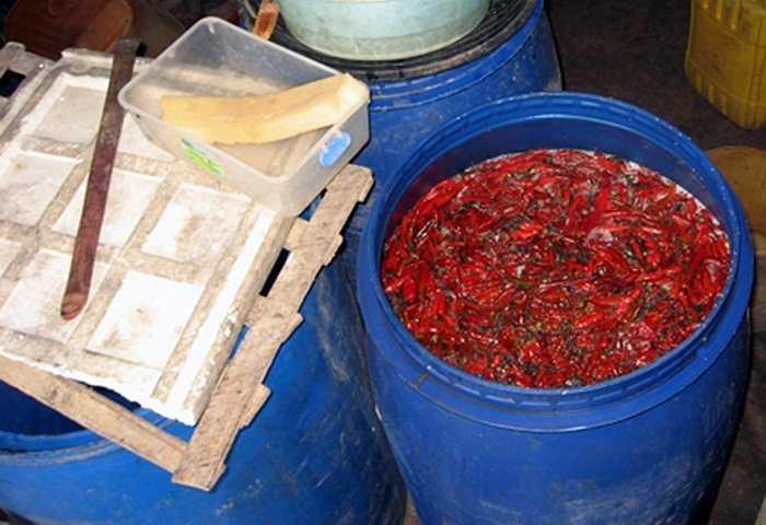 Cách sơ chế ớt trước khi nấu ở các cơ sở sản xuất tương ớt 3 không.