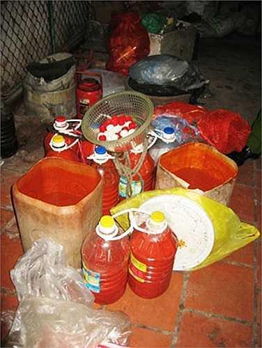 Thành phần chủ yếu sản xuất tương ớt giá rẻ là các loại hóa chất, phẩm màu công nghiệp giá rẻ và đường hóa học.