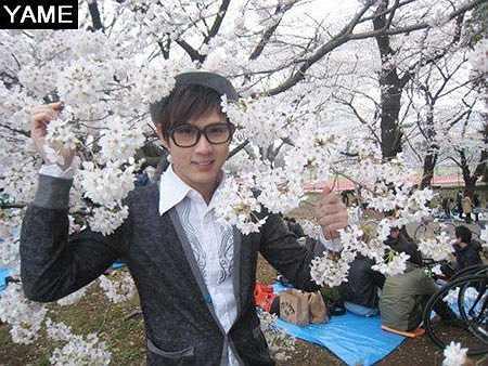 Nguyên Vũ cũng thử đeo kính Nobita và chụp ảnh bên hoa!
