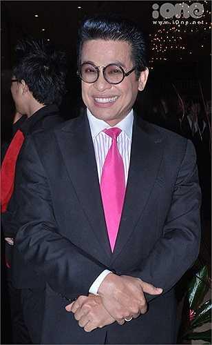 MC Thanh Bạch diện cà-vạt hồng và đeo kính Nobita.