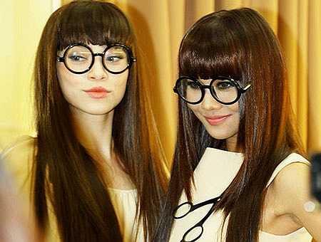 Hồ Ngọc Hà và Thanh Hằng cùng đeo cặp kính tròn của nhân vật Nobita khi trình diễn trong màn thời trang tóc của nhà tạo mẫu Cường Hoàn Lệ