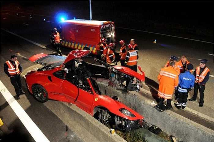 Chiếc Ferrari 430 mất lái ở tốc độ cao, lao vào cột điện và bị xé toang làm đôi.