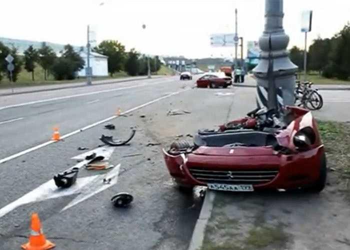 Một chiếc Ferrari 612 Scaglietti bị đứt đôi tại Nga sau khi đâm thẳng vào một cột sắt bên đường