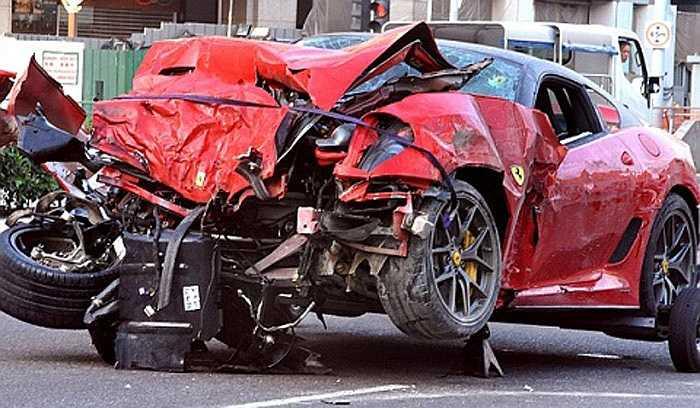 Chiếc Ferrari 599 GTO cũng gặp kết cục buồn tại Singapore khi người lái xe cố tình vượt đèn đỏ
