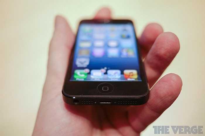 iPhone 5 có màn hình kích thước 4 inch nhưng kiểu dáng không khác biệt so với 4S