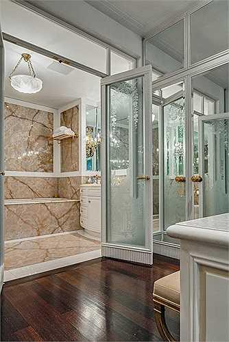 Ông chủ và bà chủ mỗi người có một phòng tắm riêng trong phòng ngủ chính.
