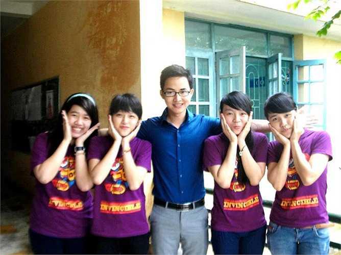 Sở hữu một gương mặt điển trai, thư sinh cùng những thành tích khủng, thầy giáo trẻ Lại Tiến Minh khiến hàng trăm teen chao đảo