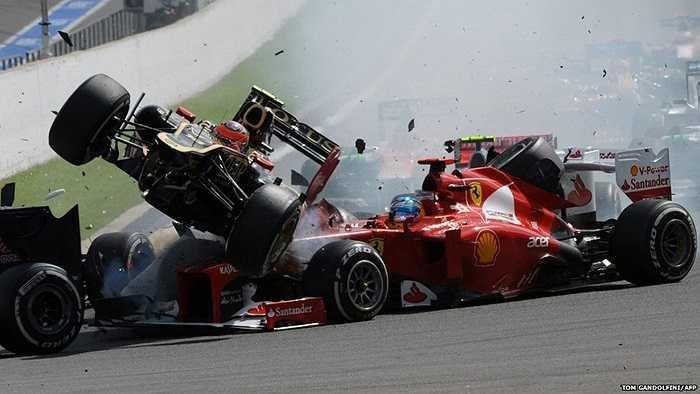 Hình ảnh vụ va chạm trên đường đưa F1 Grand Prix tại Bỉ giữa đội đua McLaren và đội đua Ferrari ở một khúc cua hiểm