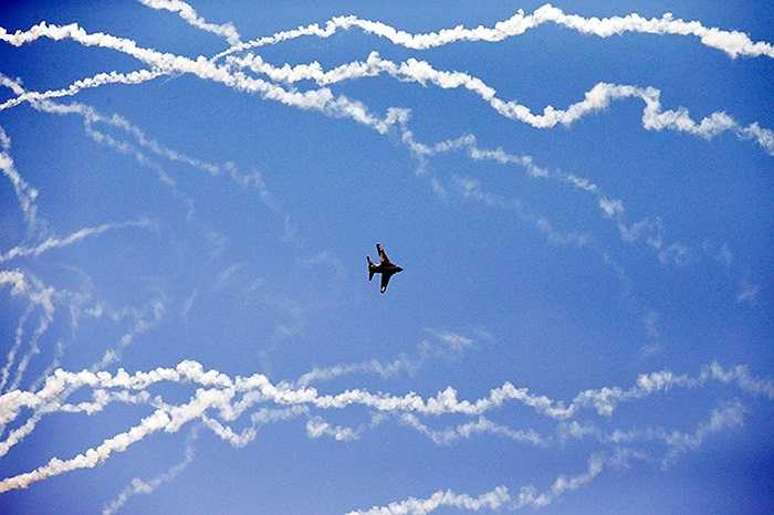 Chiếc máy bay đang thể hiện màn nhào lộn của mình tại triển lãm hàng không tại Belgrade, Serbia
