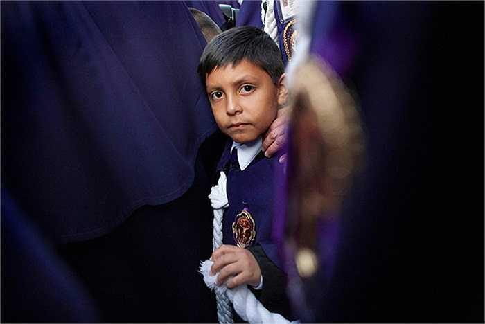 Cậu bé trong lễ rước thánh Miracles tại Lima, Peru