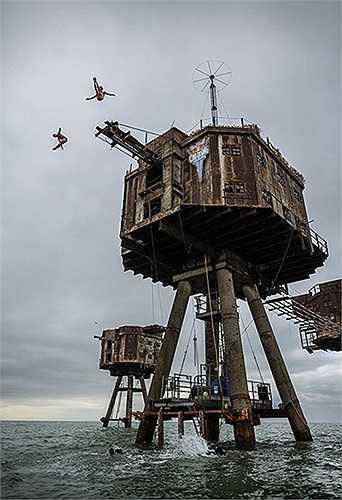 Những người đàn ông nhảy từ pháo đài cao 18m từ thời Thế chiến II xuống nước tại cửa sông Thames, Anh