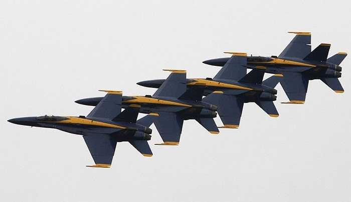 Bốn chiếc máy bay của lực lượng hải quân viễn dương của Mỹ khoe tài nhào lộn, xếp đội hình