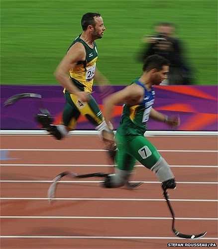 VĐV Brazil Alan Oliveira (chạy trước) trong nội dung chạy 200m nam tại Paralympic London