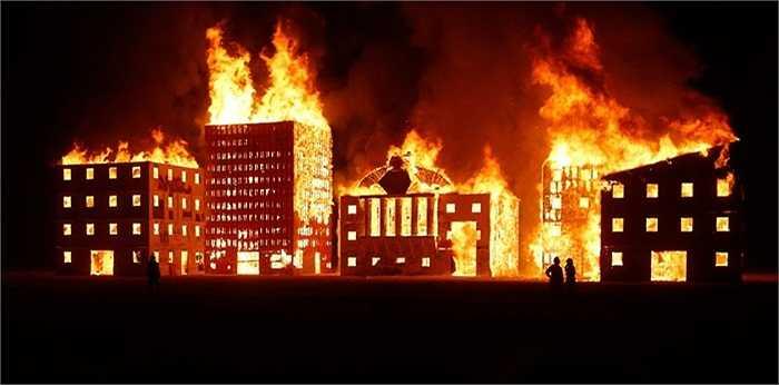 Tác phẩm có tên 'Thành phố rực lửa' tại lễ hội Burning Man, sa mạc Nevada, Mỹ