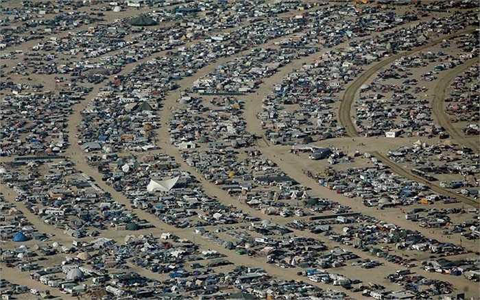 Khung cảnh nhìn từ trên không từ lều và xe của những du khách đến tham dự lễ hội âm nhạc, nghệ thuật Burning Man ở Navada, Mỹ