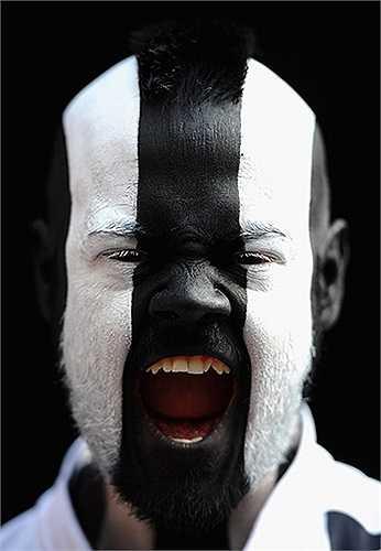 Một fan hâm mộ của Newcastle cho thấy sự ủng hộ của mình đối với đội bóng yêu thích bằng những nét vẽ trên mặt